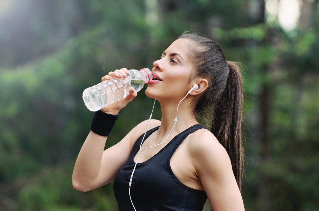 Healthy Lifestyle Sporty Woman With Headphone Drinking Water In